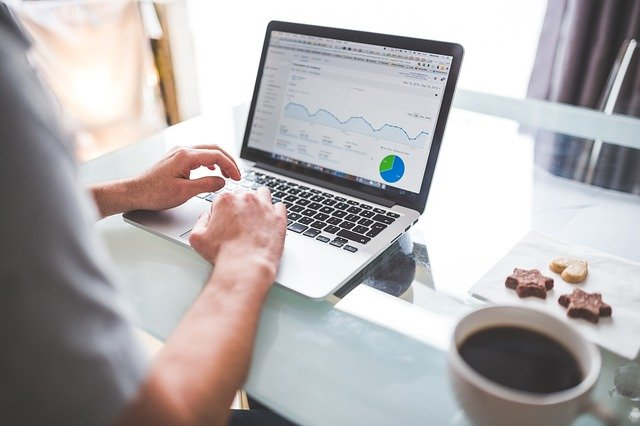 muž sledující statistiky firemního webu